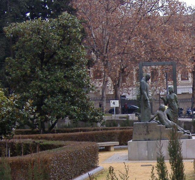 Monumento a san juan de dios en los jardines del triunfo for Jardines triunfo granada