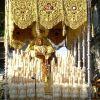 Misericordia coronada cerca de la Virgen de las Angustias