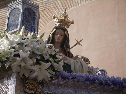 santa maria de la alhambra asomando entre las flores