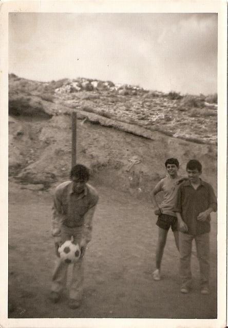 los niños jugando al futbol