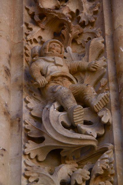 un astronauta en la Catedral de Santiago
