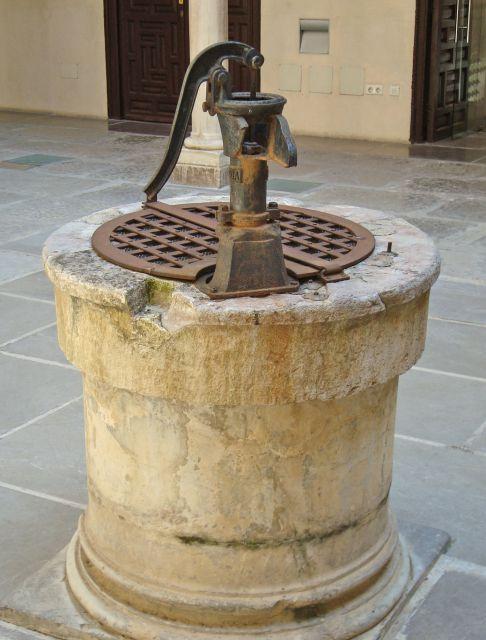 Pozo con bomba de extraccion de agua fotos de granada for Bomba de agua para pozo