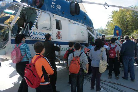 Alumnos de la ESO de Alhama con el helicoptero de extinción de incendios en la Resinera