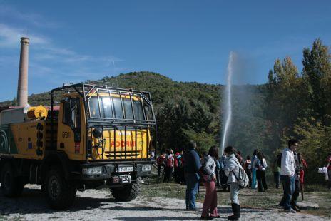 Alumnos del IES Alhama practicando con el camión del INFOCA