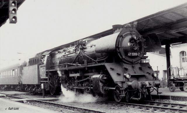 maquina con tren de viajeros en la estacion