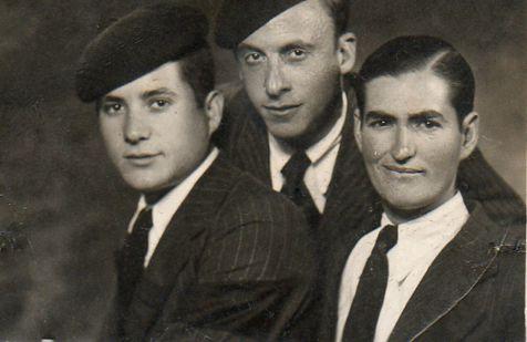 Mi padre (centro) y amigos