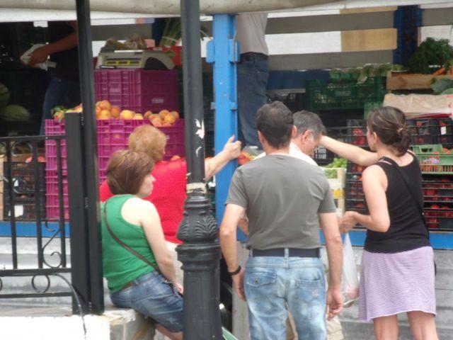 Soportúja: vecinas esperando en la fruta.