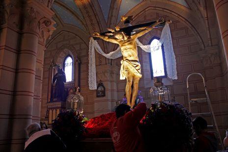 Preparando al Cristo para la procesión. Las Gabias