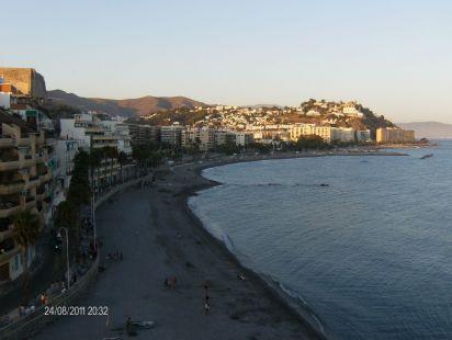 Vista desde el peñon del Santo del paseo del Altillo y  sus playas