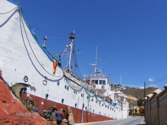 Este curioso barco que no esta en el agua es un restaurante en Almuñecar