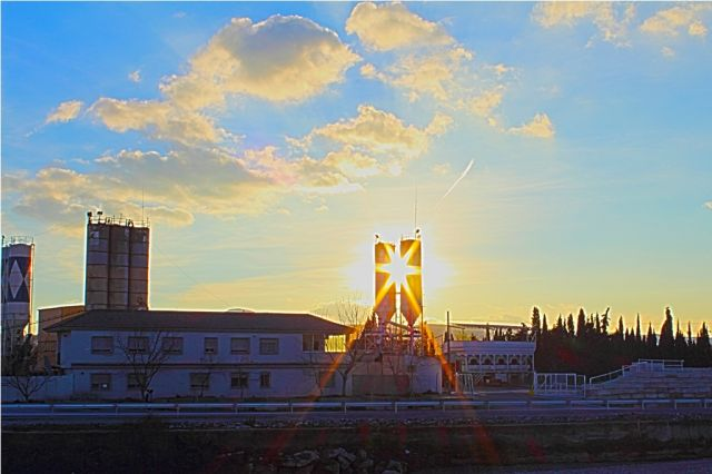 puesta de sol tras la fábrica