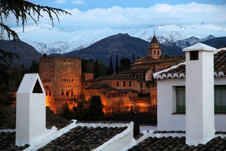 Vista a Alhambra con la Sierra Nevada