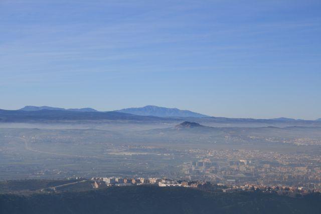 Granada bajo la niebla. sobresale de ella Montevive
