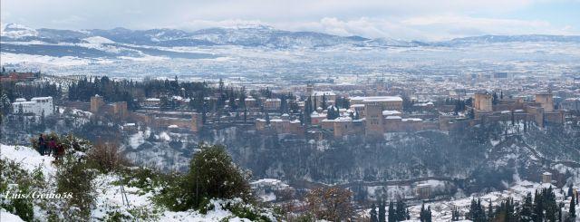 Vista panorámica del entorno de la Alhambra nevado