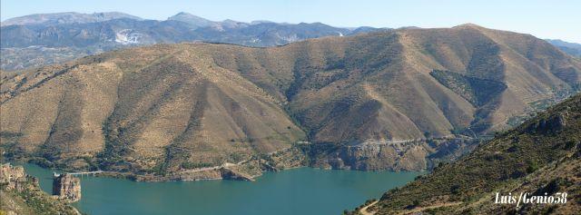 El pantano de Canales desde la carretera de Sierra Nevada